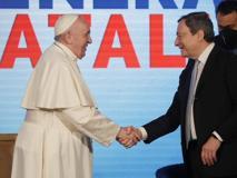 La stretta di mano tra Draghi e papa Francesco