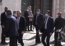 Draghi dimentica la mascherina e torna in macchina a prenderla
