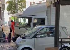 Donna chiusa in auto da giorni a Roma: consegna le chiavi e viene portata in ospedale