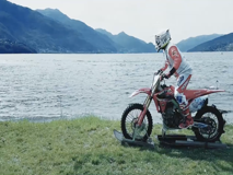 Luca Colombo, il pilota che vola sull'acqua con una moto da cross