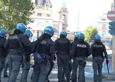 Derby Roma-Lazio, tensioni a Ponte Milvio: tifosi biancocelesti lanciano bottiglie contro la polizia