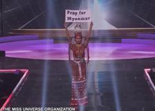 Miss Universo, la concorrente birmana mostra un cartello in diretta: «Pregate per il Myanmar»