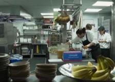 Londra, riaprono i ristoranti: si può mangiare anche al chiuso