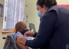 Sudafrica, vaccinato il vescovo anti-apartheid Desmond Tutu