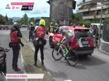 Giro d'Italia, la testa della corsa si ferma al passaggio a livello