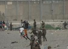 Ceuta, migliaia di migranti in spiaggia: la Spagna schiera l'esercito