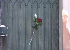 Battiato, fiori all'esterno della sua residenza di Milo