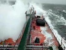 Mar Baltico, la petroliera russa travolta da una enorme onda: distrutto il ponte