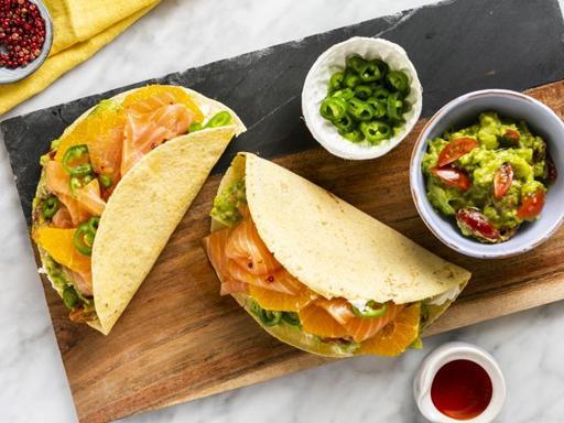 La ricetta delle fajitas con salmone affumicato, guacamole e arancia