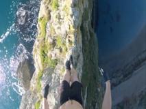 Il tuffo di 60 metri dalla scogliera: il video in soggettiva