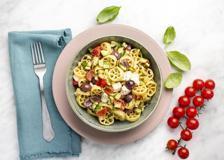 La pasta fredda perfetta: con olive, mozzarella, pomodorini e zucchine fritte