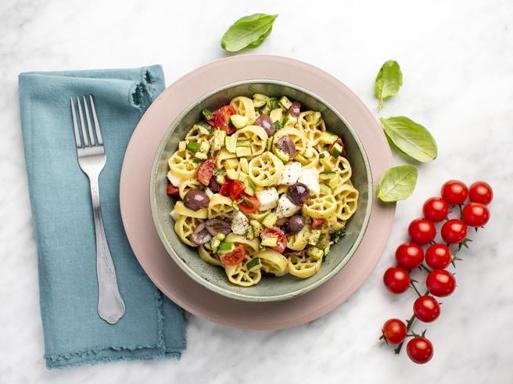 La ricetta della perfetta pasta fredda: con olive, mozzarella, pomodorini e zucchine fritte