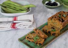 Come fare il plumcake (vegetariano) con fave e olive