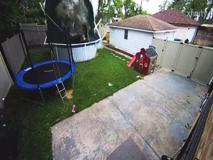 Il camioncino fuori controllo entra in giardino e spazza via una piscina