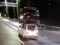 «Car sharing» in salsa russa: un'auto sopra l'altra in autostrada