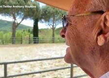La gaffe di Anthony Hopkins: «Una magica giornata in Toscana». Ma è in Umbria