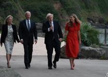 Johnson accoglie Biden in Cornovaglia, la giacca di Jill e quella scritta «Love»