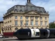 A Bordeaux c'è un tram a forma di bottiglia di vino, ma è solo un video montaggio
