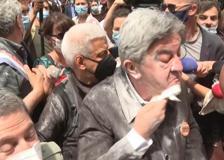 Francia, Mélenchon «infarinato» durante un corteo contro l'estrema destra