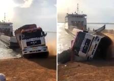 Ghana, un camion sbaglia le manovre per salire sul traghetto e finisce nel fiume