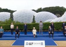 G7, la battuta della regina Elisabetta durante la foto di gruppo: «Dovremmo sembrare divertiti?»