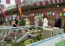 G7, il taglio della torta della Regina Elisabetta con una spada