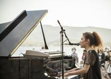 Frida Bollani Magoni, l'emozionante concerto in riva all'acqua