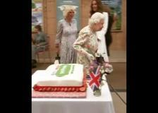 La regina Elisabetta taglio la torta con una spada