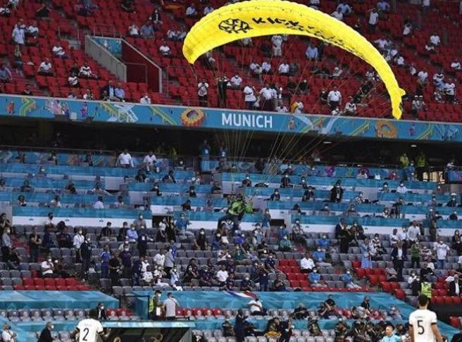 Euro2020, paracadutista sullo stadio prima di Germania-Francia: urta un cavo e rischia finire sulle tribune