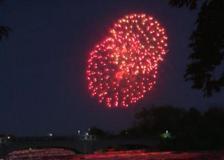 New York, spettacolari fuochi d'artificio sulle cascate del Niagara