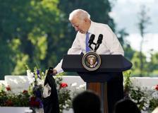 Biden si toglie la giacca durante la conferenza stampa sul vertice con Putin: «Scusate, c'è il sole»