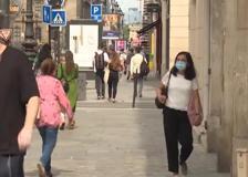 Francia: via la mascherina all'aperto ma c'è chi continua a indossarla