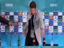 Locatelli imita Ronaldo e Pogba: anche lui sposta le bevande in conferenza