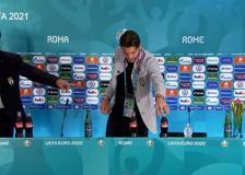 Europei, Locatelli imita Ronaldo: sposta la Coca Cola e prende l'acqua
