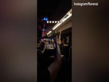 La festa degli Azzurri sul pullman: cantano scatenati «Notti magiche»