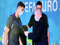 Cristiano Ronaldo fermato all'ingresso dello stadio a Budapest da un addetto che gli controlla il pass
