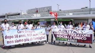 Milano, presidio lavoratori del trasporto aereo a Linate: «No ai licenziamenti»