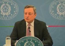 Draghi: «La cosa peggiore è non vaccinarsi. L'eterologa funziona, ancor meglio per gli under 60»