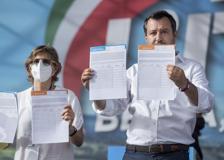 Giustizia, Salvini mostra in anteprima i moduli per la raccolta firme per i referendum