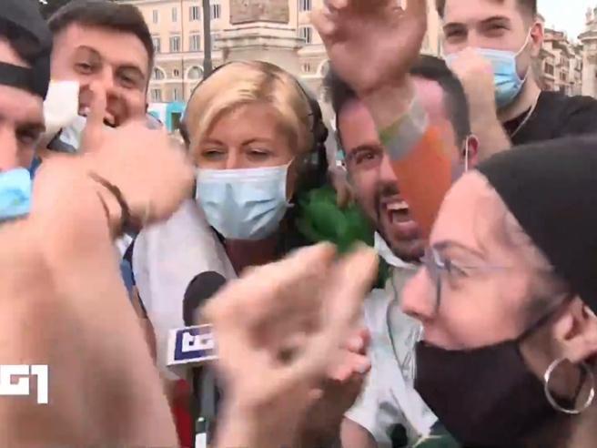 Italia-Galles: la giornalista Rai del Tg1 travolta dall'entusiasmo dei tifosi