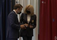 Voto regionali in Francia, Macron e la moglie Brigitte al seggio