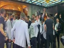 Italia, gli Azzurri in hotel cantano «Notti Magiche»