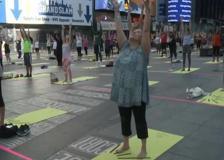 New York, yoga a Times Square per celebrare il solstizio d'estate