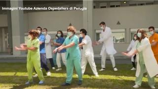 La Vacinada: all'Ospedale di Perugia ballano sulle note di Checco Zalone