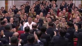 Nord Corea, Kim Jong-un entra in sala:  settanta secondi di applausi