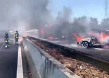 Autocisterna a fuoco sulla A1, autostrada chiusa e coda di 10 chilometri