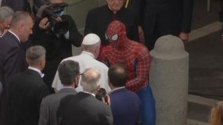 Papa Francesco, in udienza generale compare anche Spiderman