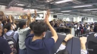 Hong Kong, ultima edizione dell'Apple Daily: centinaia in coda alle edicole
