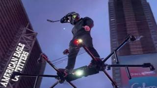 New York: con l'hoverboard sopra la folla a Times Square
