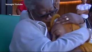 Sha'Carri Richardson, dopo la vittoria dei Trials sale in tribuna per abbracciare la nonna